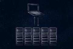 Stanza e computer portatile del server con le frecce del trasferimento di dati Fotografia Stock Libera da Diritti
