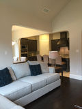 Stanza e cucina di famiglia in una nuova casa moderna Fotografia Stock Libera da Diritti