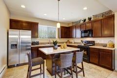 Stanza elegante moderna della cucina con l'isola Immagini Stock