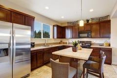 Stanza elegante moderna della cucina con l'isola Immagine Stock Libera da Diritti