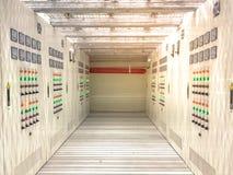 Stanza elettrica situata nell'area pericolosa con pressione positiva, gabinetto elettrico con il corridoio sotto il pavimento alz fotografie stock