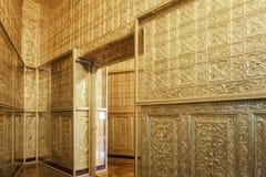 Stanza fatta da oro, pagoda in Rangoon, Birmania di Botataung fotografia stock libera da diritti