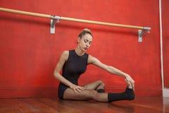 Stanza femminile di Stretching In Rehearsal del ballerino di balletto Fotografie Stock Libere da Diritti