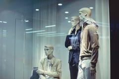 Stanza frontale di negozio dell'abbigliamento del ` s degli uomini Fotografia Stock