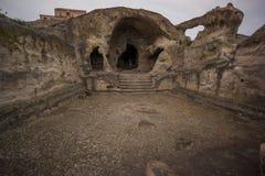 Stanza grandangolare di Uplistsikhe nella casa antica della caverna fotografia stock libera da diritti