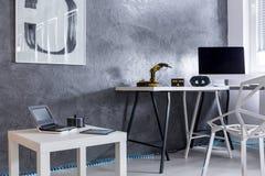 Stanza grigia con progettazione creativa moderna immagini stock
