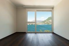 Stanza interna e vuota con la finestra Immagine Stock Libera da Diritti