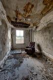 Stanza libera abbandonata con la finestra e la sedia - hotel abbandonato Immagine Stock Libera da Diritti