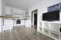 Stanza luminosa, con la mobilia bianca della cucina Immagini Stock
