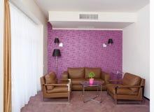 Stanza luminosa con le poltrone di cuoio e un sofà Fotografia Stock