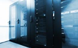 Stanza moderna del server con i gabinetti neri del computer Fotografie Stock Libere da Diritti