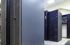 Stanza moderna del server di rete con i computer per le comunicazioni digitali e Internet del IP della TV Immagini Stock