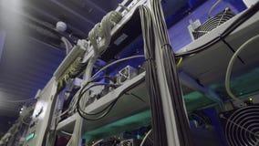 Stanza moderna del server per i minatori cripto di valuta con i dispositivi di raffreddamento installati sugli scaffali stock footage