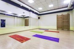 Stanza moderna di ginnastica con gli specchi Immagine Stock