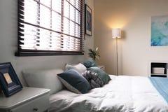 Stanza moderna interna con i ciechi di finestra e del letto fotografia stock
