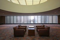 Stanza per i negoziati confidenziali con le tavole e il armch Fotografia Stock