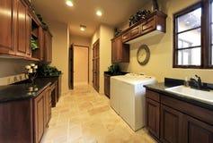 Stanza pratica della lavanderia domestica spaziosa Fotografia Stock Libera da Diritti