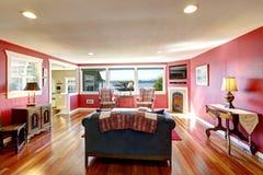 Stanza rossa luminosa con mobilia antica Fotografie Stock