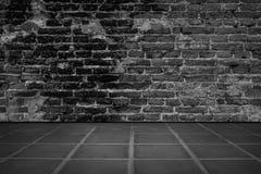 Stanza scura con il fondo del muro di mattoni e della pavimentazione in piastrelle Immagini Stock Libere da Diritti