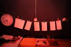 Stanza scura fornita sotto il laboratorio della foto fotografia stock