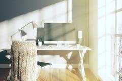 Stanza soleggiata moderna con il computer sulla tavola e sul pavimento di legno Immagini Stock