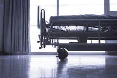 Stanza standard dell'ospedale VIP con i letti e il equ medico comodo immagine stock libera da diritti