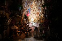 Stanza sveglia abbellita con gli elementi della decorazione di Natale e l'albero di Natale Immagine Stock