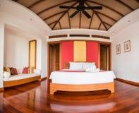 Stanza tailandese del letto di stile con il sole della natura fotografie stock libere da diritti