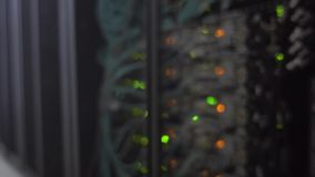 Stanza vaga del server Centro dati moderno con il lampeggiamento delle luci verdi ed arancio del LED stock footage