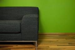 Stanza verde con il sofà immagini stock