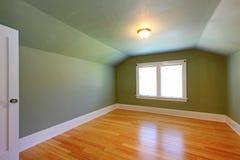 Stanza verde della soffitta con il soffitto basso. Fotografie Stock Libere da Diritti