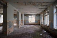 Stanza vuota abbandonata con le grandi finestre fotografia stock libera da diritti