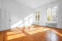 Stanza vuota in bello piano con il pavimento di legno - bene immobile dentro fotografia stock