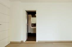 Stanza vuota con il portello della stanza da bagno aperto Fotografia Stock