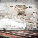 Stanza vuota con la parete del cemento della crepa ed il pavimento di legno diagonale, impiegato Fotografie Stock