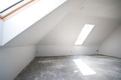 Stanza vuota del granaio o della soffitta fotografia stock libera da diritti