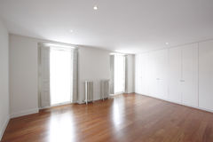 Stanza vuota della Camera con i radiatori classici del ferro Fotografia Stock Libera da Diritti
