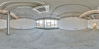 Stanza vuota senza riparazione panorama sferico senza cuciture completo di hdri 360 gradi nell'interno del sottotetto bianco fotografia stock