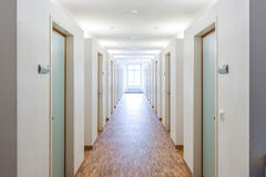 Stanze della porta in dormitorio ed in finestre immagine stock