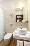 Stanze interne del bagno dell'hotel, con un lavandino e uno showe Fotografia Stock Libera da Diritti