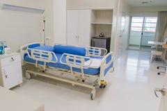 Stanze pazienti private del letto di ammalato paziente del letto fotografia stock libera da diritti