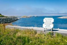 Stanze per il segno di affitto contro l'Oceano Atlantico blu Immagini Stock Libere da Diritti