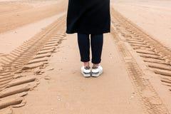 Stap Scheveningen norte Haia Países Baixos da caminhada da estrada da maneira da chuva do vento da mulher do mar da areia da meni fotografia de stock