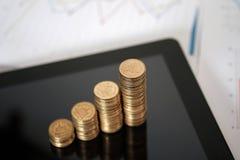 Stap van muntstukkenstapels en tabletcomputer met financiële grafiek, B Royalty-vrije Stock Afbeeldingen