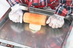 Stap voor stap, bereidt de bakker brood voor bakkerstikken op deeg het maken van brood, hand met deegrol en bloem royalty-vrije stock afbeelding