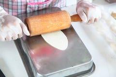 Stap voor stap, bereidt de bakker brood voor bakkerstikken op deeg makend brood, overhandigen de hand met deegrol en de bloem, on royalty-vrije stock afbeelding