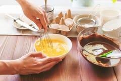 Stap voor stap bereidt de chef-kok een dessert voor Royalty-vrije Stock Afbeeldingen
