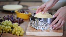 Stap voor stap Het maken van moussecake met druiven stock footage