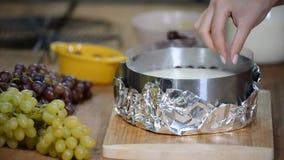 Stap voor stap Het maken van moussecake met druiven reeks stock video
