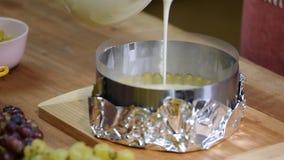 Stap voor stap Het maken van moussecake met druiven reeks stock footage